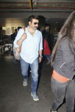 Sunny Deol snapped at airport on 16th Jan 2017 (17)_587db66250a78.jpg