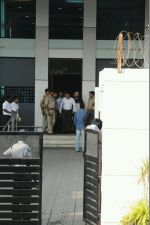 Salman Khan arrives in Mumbai after being acquitted in the Arms case (11)_588061360ab81.JPG