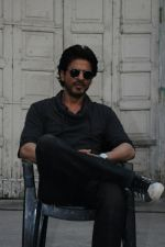 Shah Rukh Khan snapped in Mumbai to promote Raees on 19th Jan 2017 (7)_5881c128d31ce.jpg