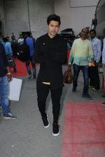Varun Dhawan snapped in Mumbai on 19th Jan 2017 (2)_5881c1633d04b.jpg