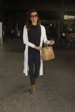 Karishma Tanna snapped at airport on 22nd Jan 2017 (58)_5885b01ef3b19.JPG