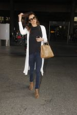 Karishma Tanna snapped at airport on 22nd Jan 2017 (59)_5885b01fc2480.JPG