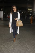 Karishma Tanna snapped at airport on 22nd Jan 2017 (61)_5885b0215c425.JPG