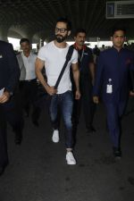 Shahid Kapoor snapped at airport on 24th Jan 2017 (3)_58884105c8335.jpg