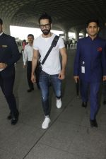 Shahid Kapoor snapped at airport on 24th Jan 2017 (5)_588841070cc5c.jpg