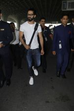 Shahid Kapoor snapped at airport on 24th Jan 2017 (8)_58884108c729c.jpg