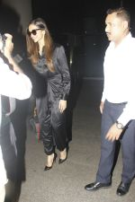 Deepika Padukone snapped at airport on 27th Jan 2017 (7)_588aefb1a83f1.JPG