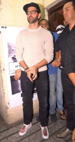 Hrithik Roshan snapped at PVR on 25th Jan 2017 (9)_588ae72d8ec60.JPG