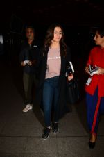 Alia Bhatt snapped at airport on 28th Jan 2017 (52)_588df1890e4ce.JPG
