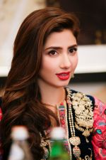 Mahira Khan in Dubai  (2)_588df4d756761.jpg