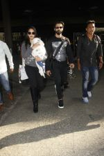 Shahid Kapoor, Mira Rajput snapped at airport on 28th Jan 2017 (58)_588dfd978b2e3.JPG