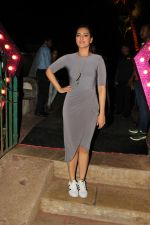 sonakshi sinha spotted at bandra fort (4)_588df4f341b3e.jpg