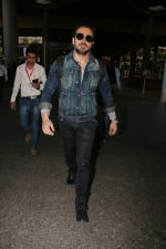 Emraan Hashmi snapped at airport on 30th Jan 2017 (26)_5890304f3de3e.jpg