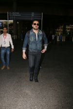 Emraan Hashmi snapped at airport on 30th Jan 2017 (30)_58903053d600e.jpg