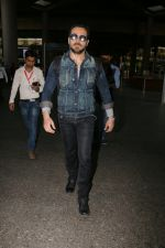 Emraan Hashmi snapped at airport on 30th Jan 2017 (31)_5890305503c7b.jpg