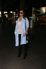 Esha Gupta snapped at airport on 30th Jan 2017 (2)_5890306a41922.jpg
