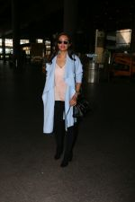 Esha Gupta snapped at airport on 30th Jan 2017 (3)_5890306b64161.jpg