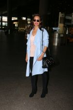 Esha Gupta snapped at airport on 30th Jan 2017 (4)_5890306d9b2e9.jpg