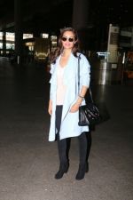 Esha Gupta snapped at airport on 30th Jan 2017 (5)_5890306eca20c.jpg