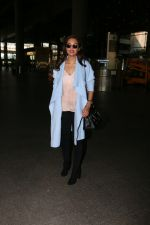 Esha Gupta snapped at airport on 30th Jan 2017 (6)_5890306ff307f.jpg