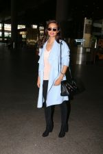 Esha Gupta snapped at airport on 30th Jan 2017 (7)_5890307176b89.jpg