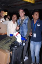 Dino Morea snapped at airport on 31st Jan 2017 (22)_5891878aa6c36.JPG