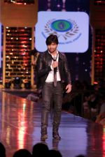 Himesh Reshammiya walk the Ramp For Cancer Patients at Fevicol Caring with Style on 26th Feb 2017 (17)_58b43553bfa38.JPG