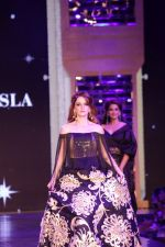 Suzanne Khan walk the Ramp For Cancer Patients at Fevicol Caring with Style on 26th Feb 2017 (101)_58b3dfa609d18.JPG