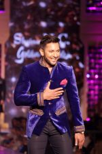 Terence Lewis walk the Ramp For Cancer Patients at Fevicol Caring with Style on 26th Feb 2017 (57)_58b3df841ada7.JPG