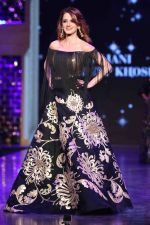 Suzanne Khan walk the ramp at 12th Annual Caring with Style fashion show (36)_58b67784640d4.JPG