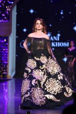 Suzanne Khan walk the ramp at 12th Annual Caring with Style fashion show (35)_58b6776ddfc6e.JPG