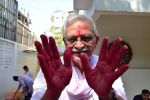 Gulzar celebrates Holi with his family on 13th March 2017 (8)_58ca30b9ed0a0.JPG