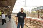 Vivek Oberoi snapped travelling by local train to Kelve Road on 20th March 2017 (27)_58cf871c88f73.JPG