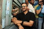 Vivek Oberoi snapped travelling by local train to Kelve Road on 20th March 2017 (29)_58cf872a2c00f.JPG