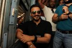 Vivek Oberoi snapped travelling by local train to Kelve Road on 20th March 2017 (31)_58cf8733bf83b.JPG