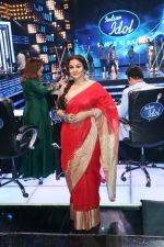 Vidya Balan on the Sets Of Indian Idol to Promote Film Begum Jaan on 22nd March 2017 (8)_58d3703bc4fe1.JPG