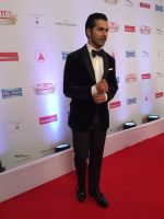Varun Dhawan On Red Carpet Of Hello Hall Of Fame Awards on 29th March 2017 (31)_58dccf507e78a.jpg