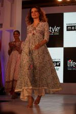 Kangana Ranaut Walk On Ramp For Lifestyle Discover The Latest Collection on 14th April 2017 (3)_58f3683638a89.JPG