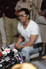 Sonu Nigam at the Press Conference For Azaan Controversy on 19th April 2017 (3)_58f896aa7feae.JPG