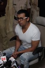 Sonu Nigam at the Press Conference For Azaan Controversy on 19th April 2017 (4)_58f896ab2c911.JPG