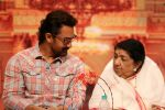 Amir Khan, Lata Mangeshkar attend Master Dinanath Mangeshkar Puraskar 2017 on 24th April 2017 (18)_58fefaf596b6b.JPG