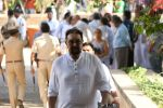 Kabir Bedi at the Funeral Of Veteran Actor Vinod Khanna on 27th April 2017 (9)_5902e635e3e6d.JPG