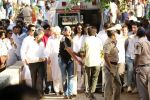 at the Funeral Of Veteran Actor Vinod Khanna on 27th April 2017 (14)_5902e60a22c14.JPG