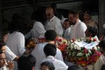 at the Funeral Of Veteran Actor Vinod Khanna on 27th April 2017 (77)_5902e631a1d30.JPG