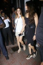 Sussanne Khan Spotted At Bandra on 13th May 2017 (18)_5917f210234e4.JPG