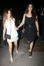 Sussanne Khan Spotted At Bandra on 13th May 2017 (20)_5917f211e3af2.JPG