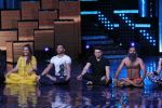 Mohit Suri, Baba Ramdev on the sets of Nach Baliye Season 8 on 16th May 2017 (46)_591c42e85e0ea.JPG