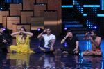 Mohit Suri, Baba Ramdev on the sets of Nach Baliye Season 8 on 16th May 2017 (54)_591c4343e851b.JPG