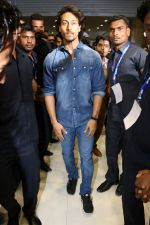 Tiger Shroff at the Launch Of Lifestyle New Store on 18th May 2017 (17)_591e89750d072.JPG