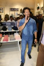 Tiger Shroff at the Launch Of Lifestyle New Store on 18th May 2017 (24)_591e8988aa50a.JPG